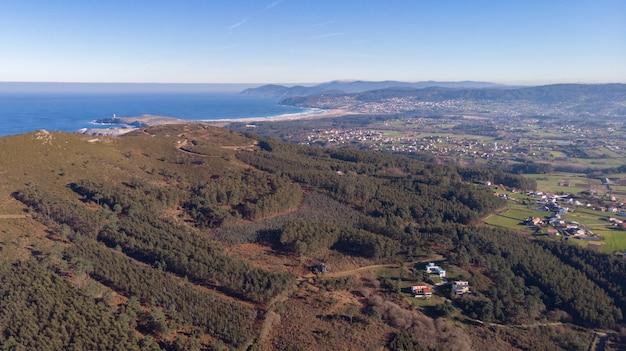 Vista aérea de un pequeño pueblo.