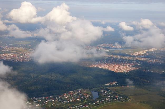 Vista aérea de pequeños pueblos rurales suburbanos