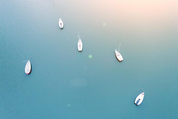 Vista aérea de pequeños veleros amarrados en el lago