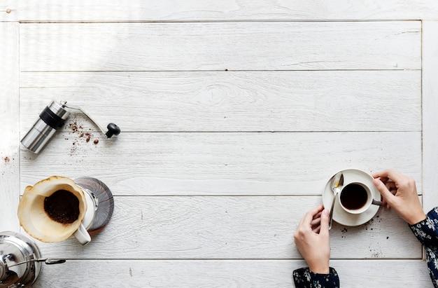 Vista aérea de personas haciendo café por goteo.