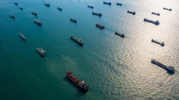 Vista aérea de petróleo y gas petrolero químico en mar abierto