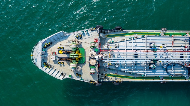 Vista aérea petrolera / química petrolera en mar abierto