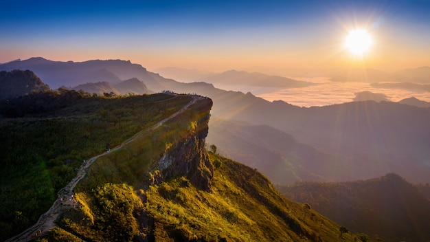 Vista aérea de phu chi fa y niebla matutina al amanecer, chiang rai, tailandia.