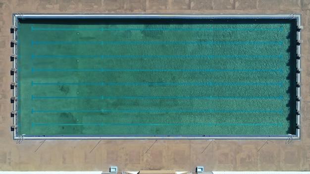 Vista aérea de la piscina con agua en una piscina - vacaciones de verano junto a la piscina