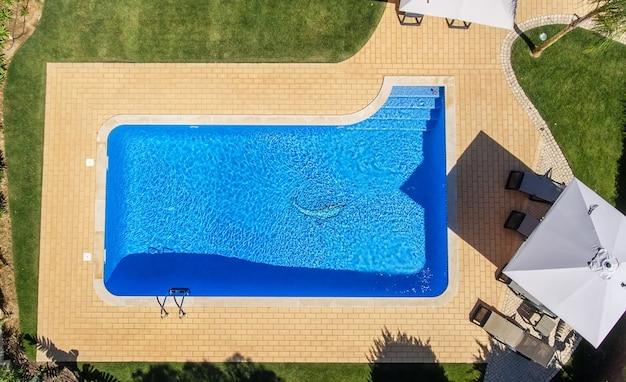 Vista aérea de la piscina fuera del hotel.