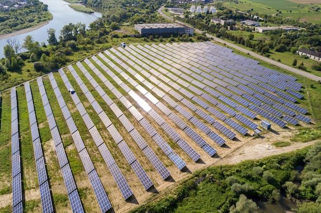 Vista aérea de la planta de energía solar en campo verde.