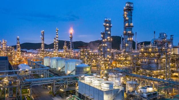 Vista aérea planta petroquímica y fondo de planta de refinería de petróleo en la noche, planta de fábrica de refinería petroquímica de petróleo en la noche.