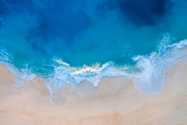 Vista aérea de la playa de kelingking en la isla de nusa penida, bali en indonesia
