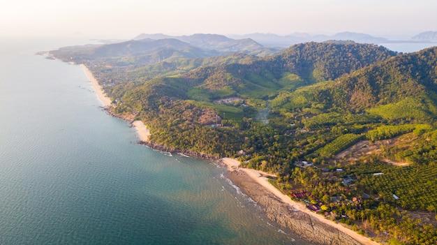 Una vista aérea de la playa de khlong hin en la isla de lanta noi