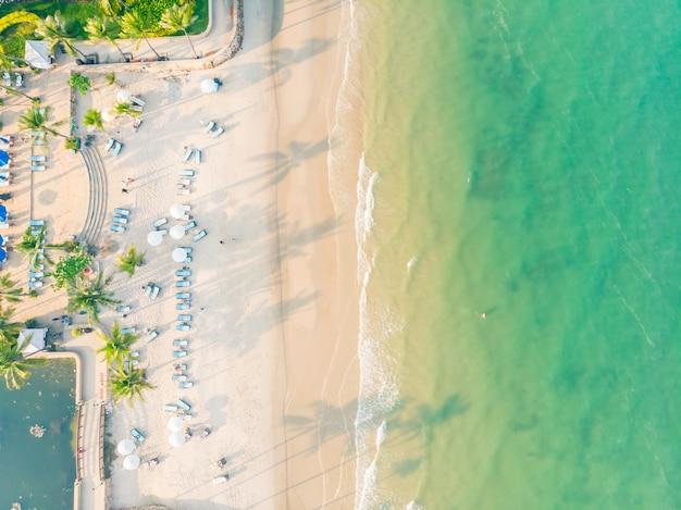 Vista aérea de playa y mar.