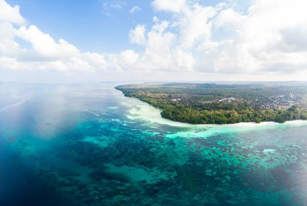 Vista aérea de la playa tropical de arrecifes de la isla del mar caribe en la isla de kei, indonesia archipiélago de las molucas.