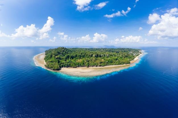 Vista aérea playa tropical isla arrecife mar caribe