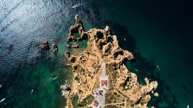 Vista aérea de ponta da piedade de lagos, portugal. la belleza del paisaje de escarpados acantilados y aguas oceánicas en la región de algarve de portugal