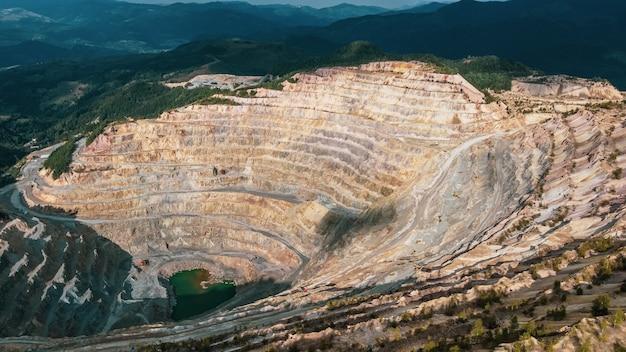 Vista aérea del pozo minero de cobre en rosia poieni en rumania