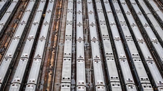 Vista aérea de primer plano de alto ángulo del depósito de trenes hudson yards con líneas de tren