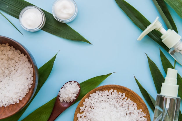 Una vista aérea de un producto de cosmética natural de cuidado corporal sobre fondo azul