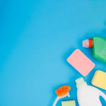 Vista aérea de productos de limpieza sobre fondo azul.