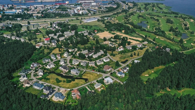 Vista aérea del pueblo cerca del mar.