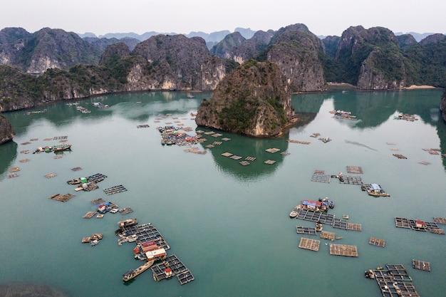Vista aérea del pueblo pesquero flotante en la bahía de lan ha, vietnam. unesco sitio de patrimonio mundial. cerca de la bahía de ha long