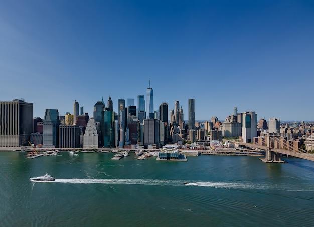 Vista aérea del puente de brooklyn a través del east river al distrito en skyline manhattan america. nueva york