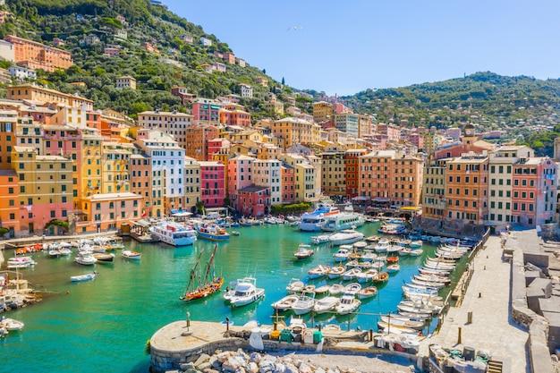 Vista aérea del puerto de camogli. coloridos edificios, barcos y yates amarrados en el puerto deportivo con agua verde.