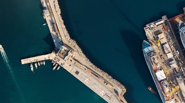 Vista aérea del puerto de importación y exportación y logística, gran puerto de ancona, italia