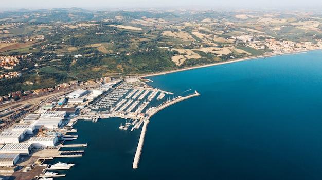 Vista aérea del puerto de importación y exportación y logística