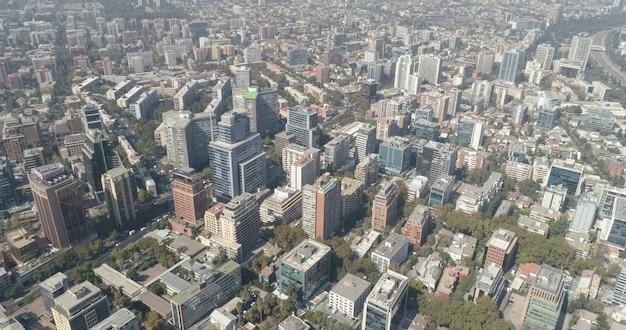 Vista aérea de los rascacielos del distrito financiero de santiago, capital de chile.