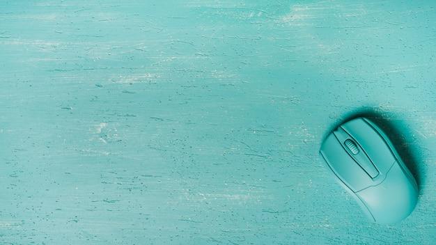 Una vista aérea del ratón sobre fondo turquesa