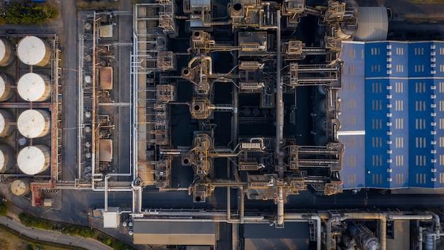 Vista aérea de la refinería de petróleo industrial y petroquímica tanques de gas y petróleo con tuberías en la planta
