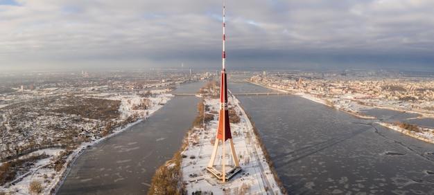 Vista aérea del río daugava y edificios en riga, letonia en invierno