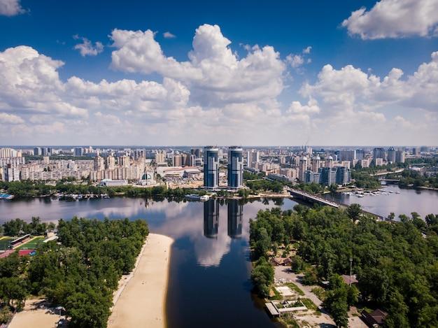 Vista aérea de río, islas y rascacielos en kiev, ucrania