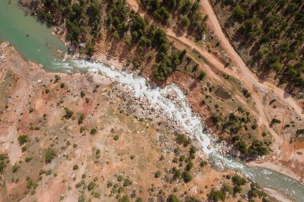 Vista aérea del río, piedras, bosque