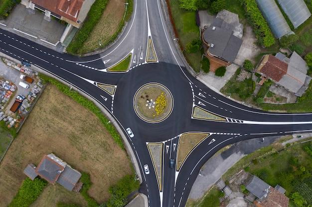 Vista aérea de una rotonda, tráfico en el cruce, disparos desde drone