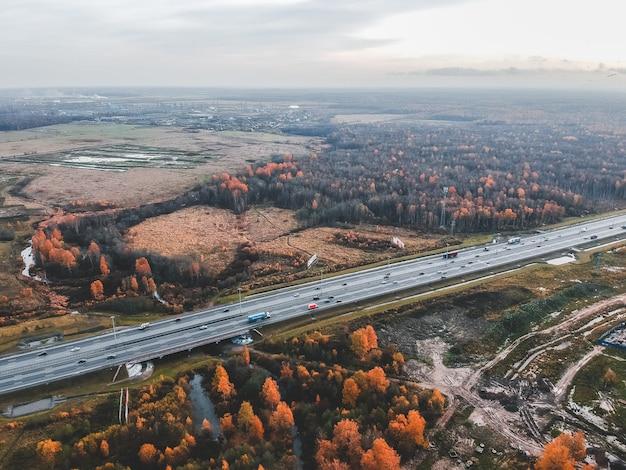 Vista aérea ruta suburbana a lo largo de los campos. otoño, san petersburgo, rusia.