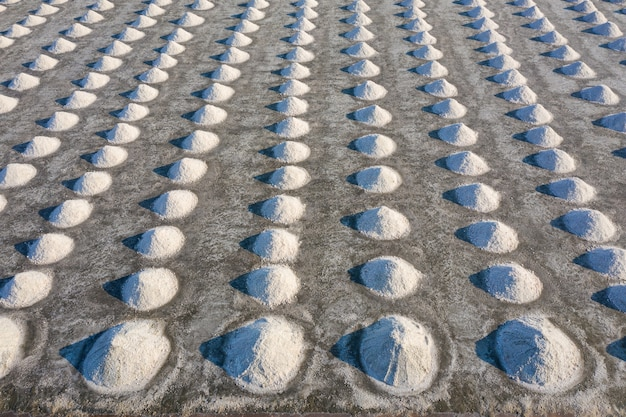 Vista aérea de la sal en la granja de sal listo para la cosecha, tailandia