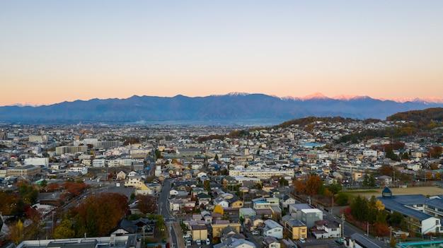 Vista aérea salida del sol del castillo de matsumoto en la ciudad de nagano, japón.