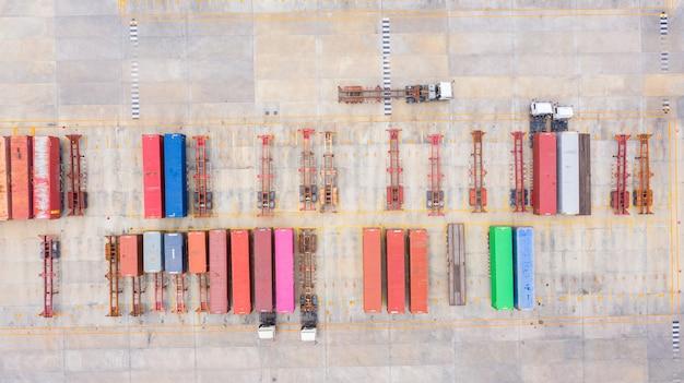 Vista aérea semi camión con remolque de carga de estacionamiento con otros camiones en el estacionamiento del puerto industrial.