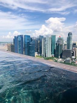 Vista aérea del skyline del distrito financiero de singapur desde una piscina infinita