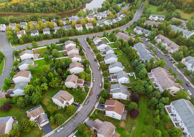 Vista aérea sobre casas y caminos suburbanos temprano en la mañana