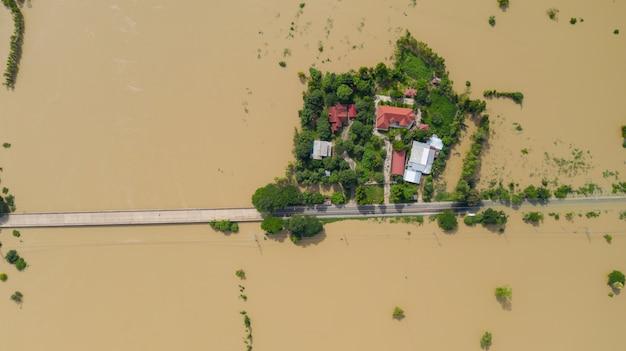 Vista aérea superior de arrozales inundados y el pueblo, vista desde arriba disparado por drone