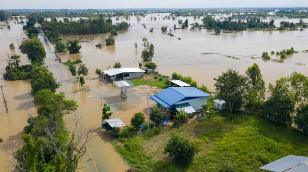 Vista aérea superior de arrozales inundados y el pueblo
