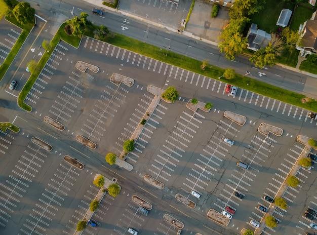 Vista aérea superior del automóvil en el estacionamiento cerca del centro comercial