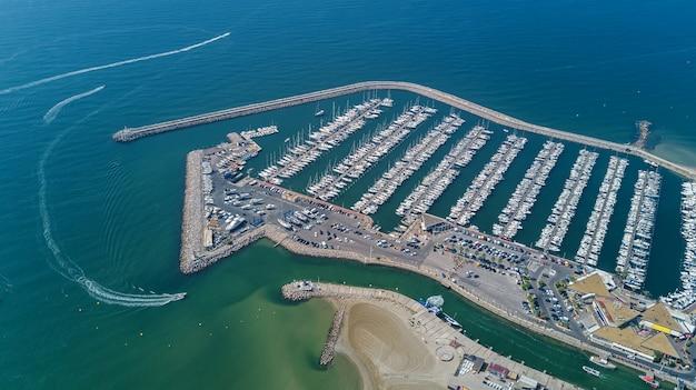 Vista aérea superior de barcos y yates en el moderno puerto deportivo desde arriba, mar mediterráneo, sur de francia