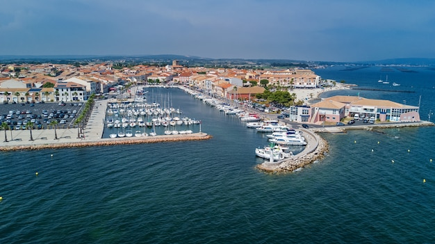 Vista aérea superior de barcos y yates en el puerto deportivo desde arriba, puerto de la ciudad de meze, sur de francia