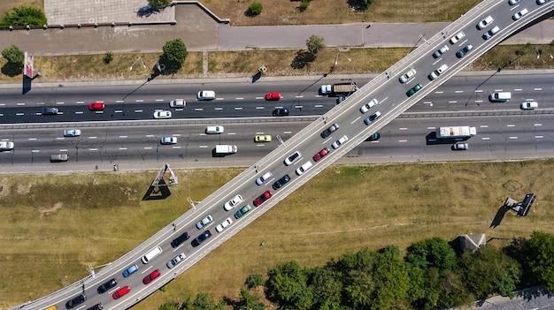 Vista aérea superior del cruce de carreteras desde arriba, tráfico de automóviles y atasco de muchos coches,