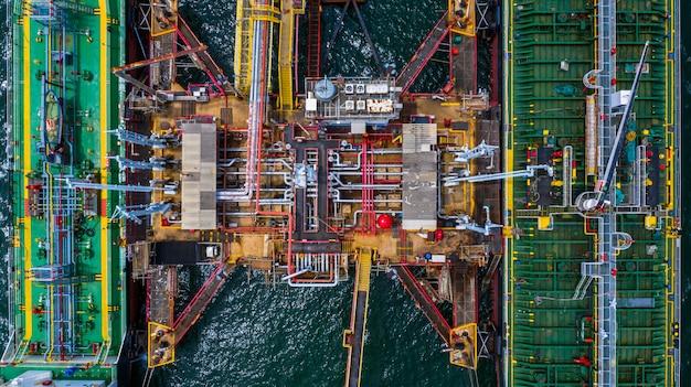 Vista aérea superior de dos buques tanque de combustible en el puerto, la terminal petrolera es una instalación industrial para el almacenamiento