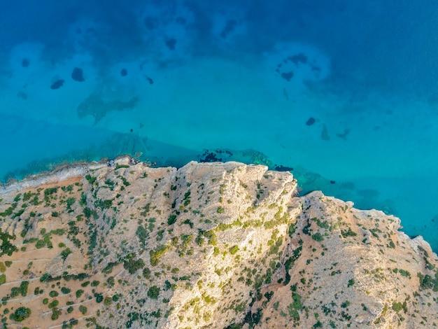 Vista aérea superior por drone del paisaje cretense con mar