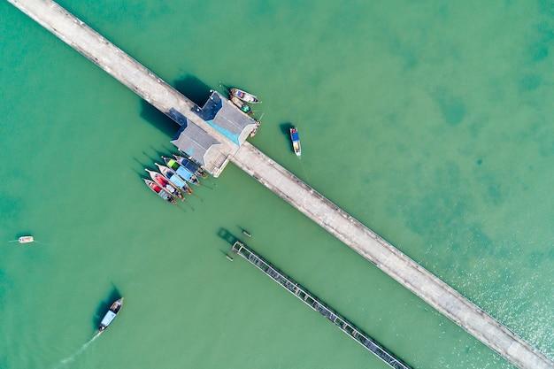 Vista aérea superior drone shot de puente con botes de cola larga pescador en temporada de verano