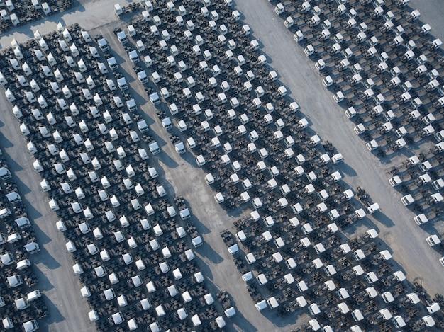 Vista aérea superior del estacionamiento de remolque de carga blanca, línea de remolque. entrega, logística.